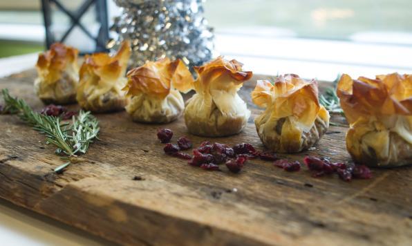 Petits Sachets de Pâte Phyllo Garnis de Poulet à la Marocaine