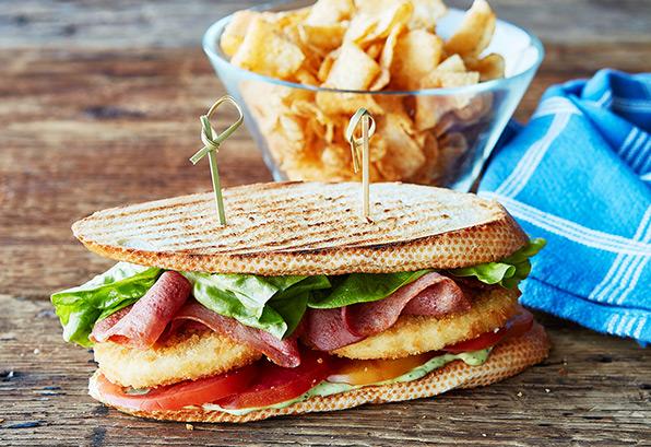 Sandwich de luxe au poulet et aux tranches de poulet Breakfast Grill® Mina🅪 aux tomates et à la laitue